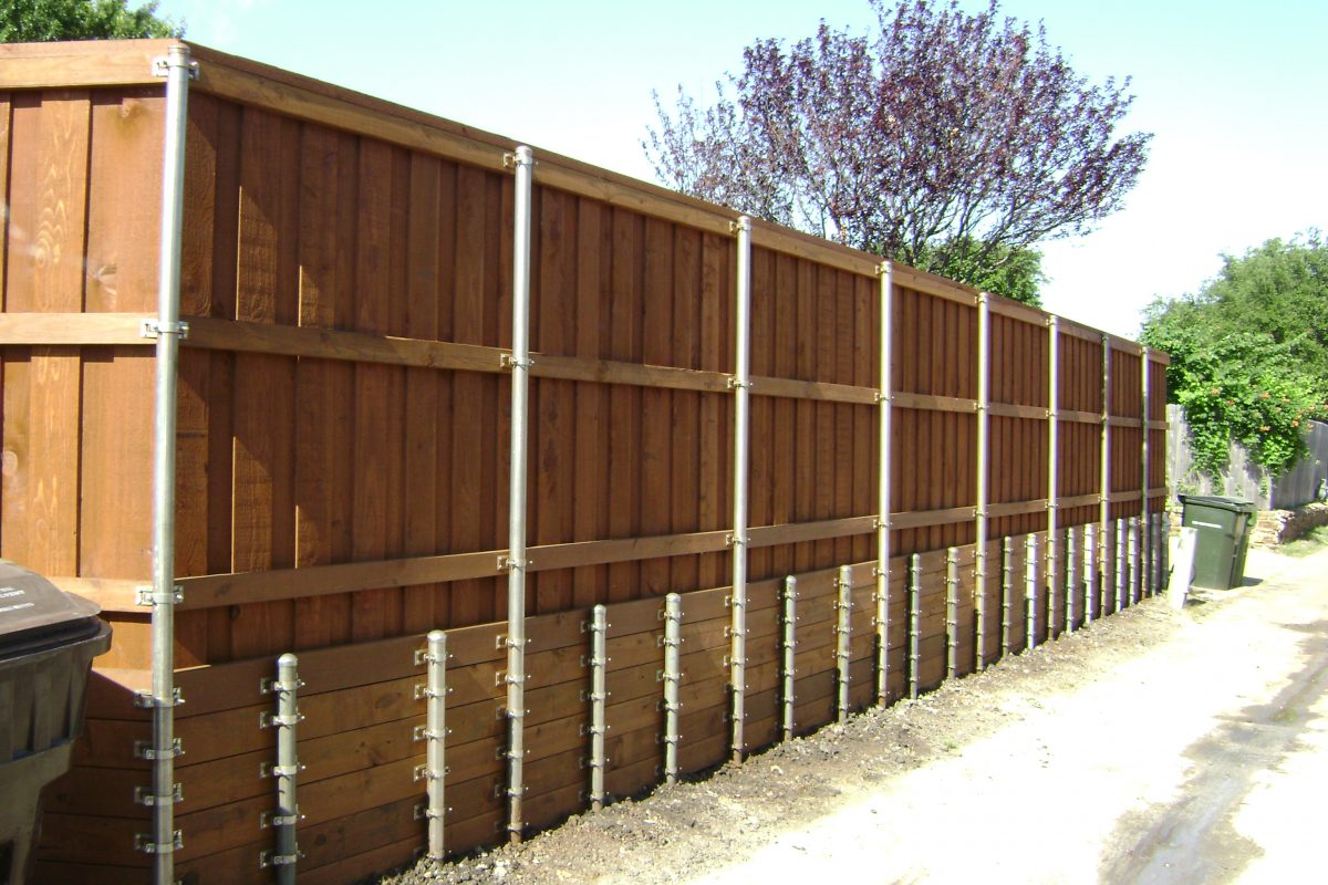 132 - Fence with retaining wall & short post 2