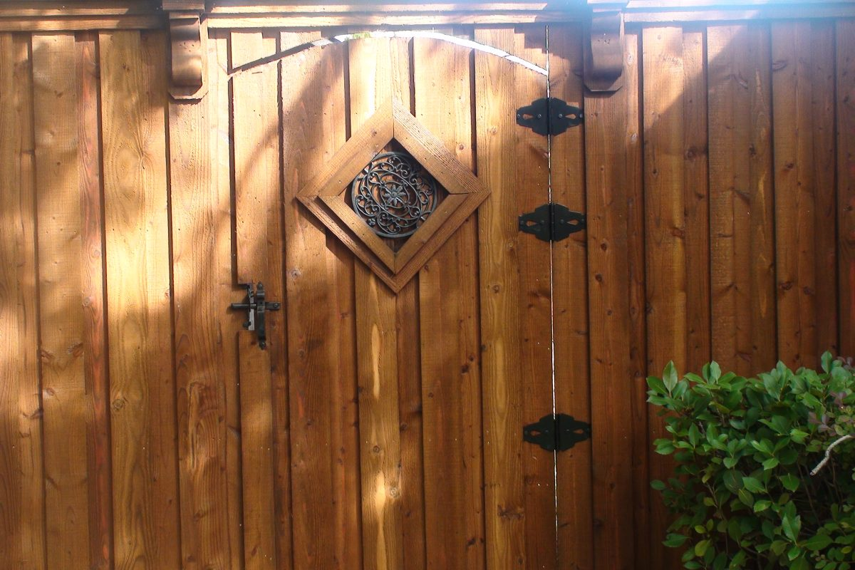 205 - Wood gate - solid insert & corbels