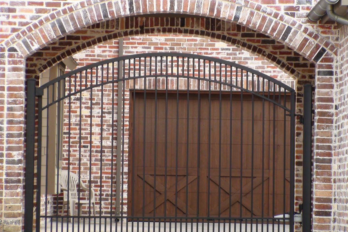 322 - Single swing gate - double arch top inside brick arch