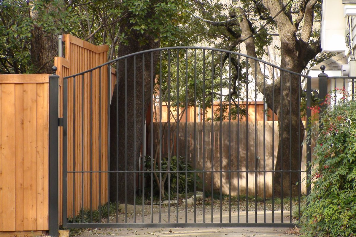 323 - Single swing iron electric gate - simple arch